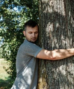 homme-calin-arbre